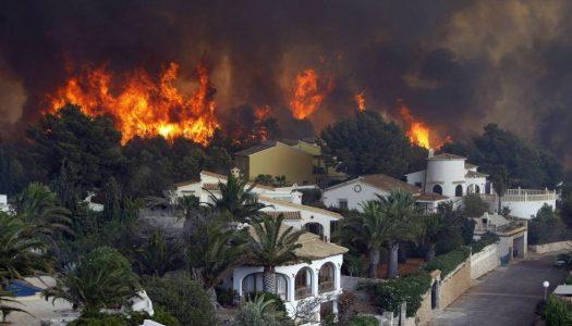 Dificultades para reducir el incendio forestal de Jávea.