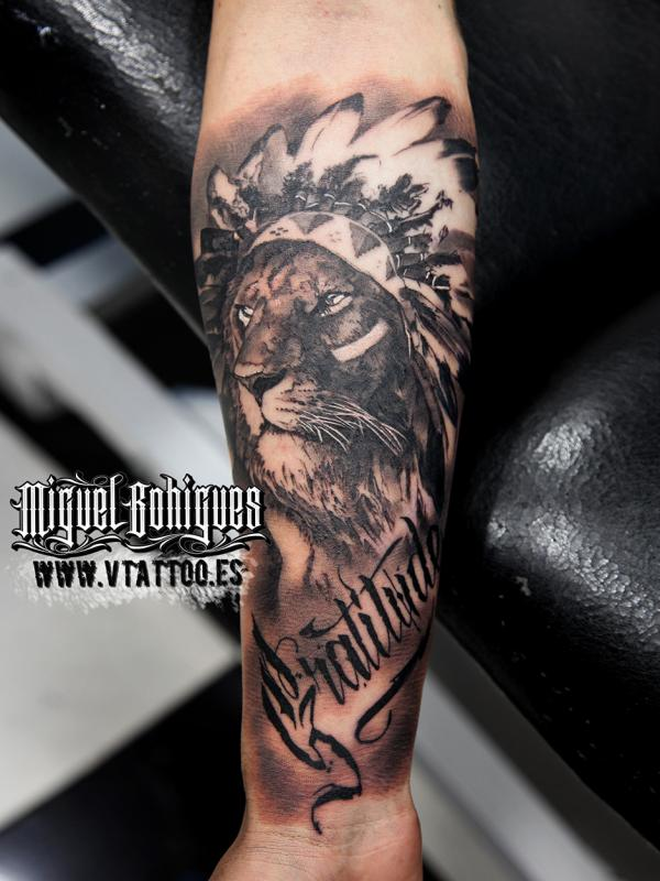 Tatuaje realista de un león, obra de Miguel Bohigues (V tattoo)