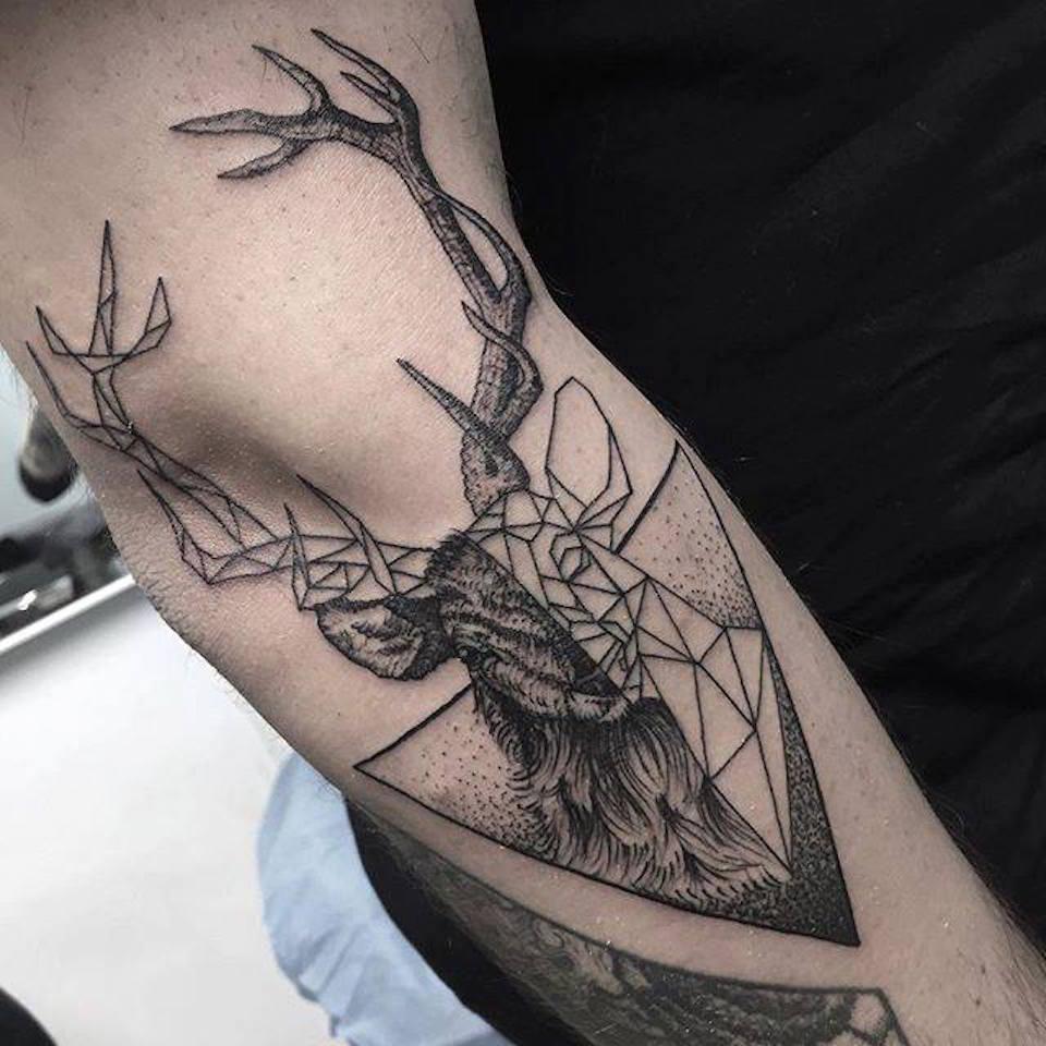 Tatuaje geométrico de un ciervo cortesía de Tatuarte