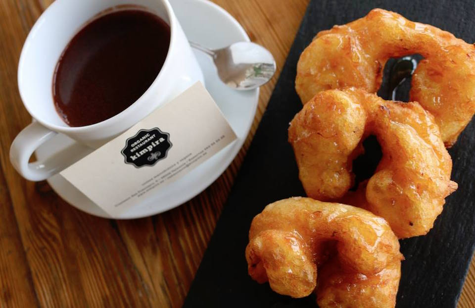 churros y buñuelos con chocolate