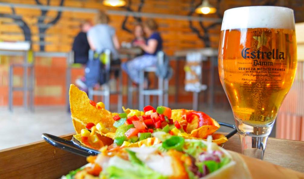 BIOPARC café ofrece comidas deliciosas. En la imagen: una cerveza y unos nachos con verduras.