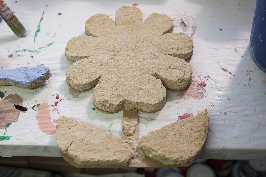 La paja de arroz se hace servir como material más ecológico para los monumentos falleros, en esta imagen se observa el proceso en forma de flor
