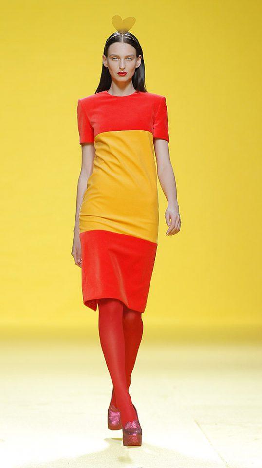 Vestido con el diseño de la bandera española, por Ágatha Ruiz de la Prada