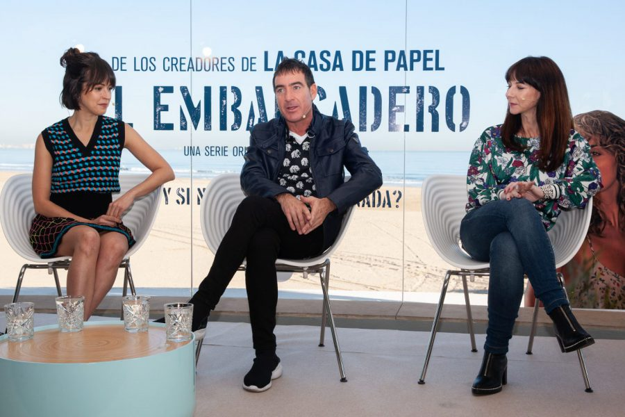 Los creadores de la serie El Embarcadero, Álex Pina y Esther Martínez