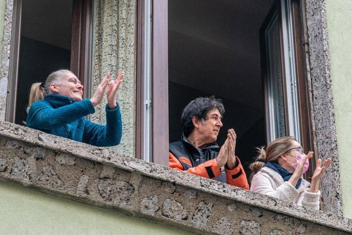 personas en sus balcones aplauden la labor de los médicos, héroes en la lucha contra el coronavirus