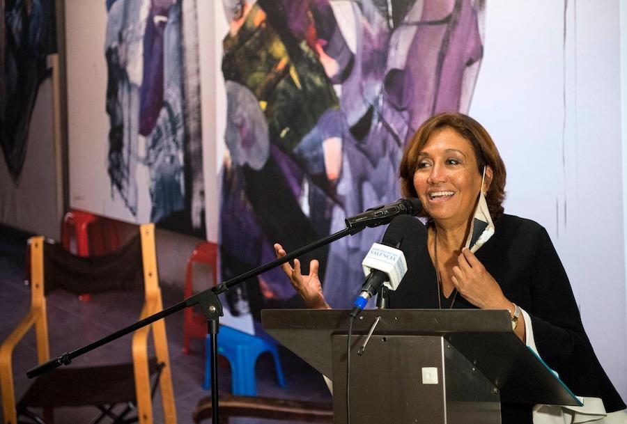 """Olga Sinclair en la exposición """"La alegría de pintar"""""""