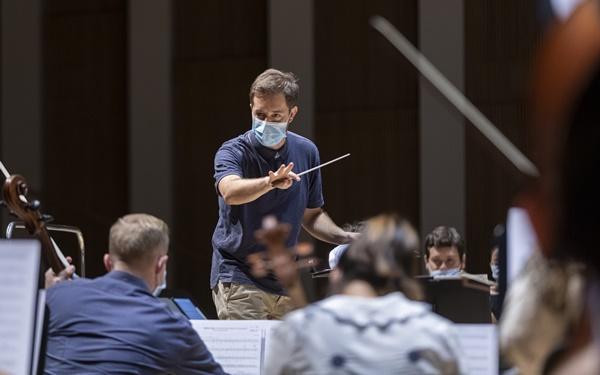 Jaume Santonja en un ensayo con la Orquesta